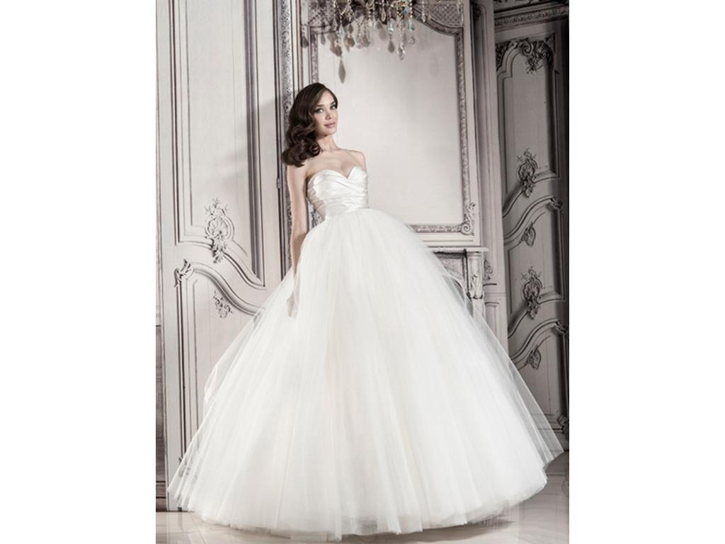 Tulle Ball Gown Wedding Dress: Strapless Ball Gown With Tulle Skirt