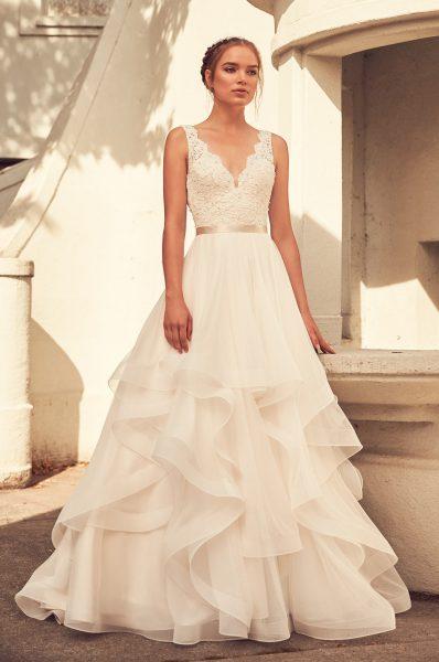 Scalloped V-neck Lace Bodice Tulle Skirt Wedding Dress | Kleinfeld ...