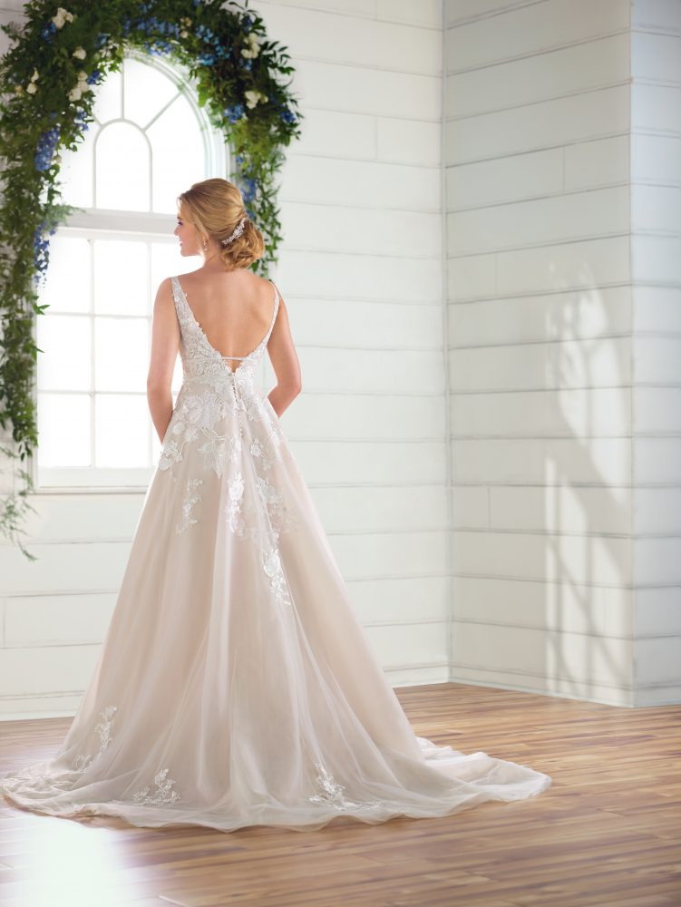 Sleeveless V-neck floral lace embroidered A-line wedding dress by Essense of Australia - Image 2