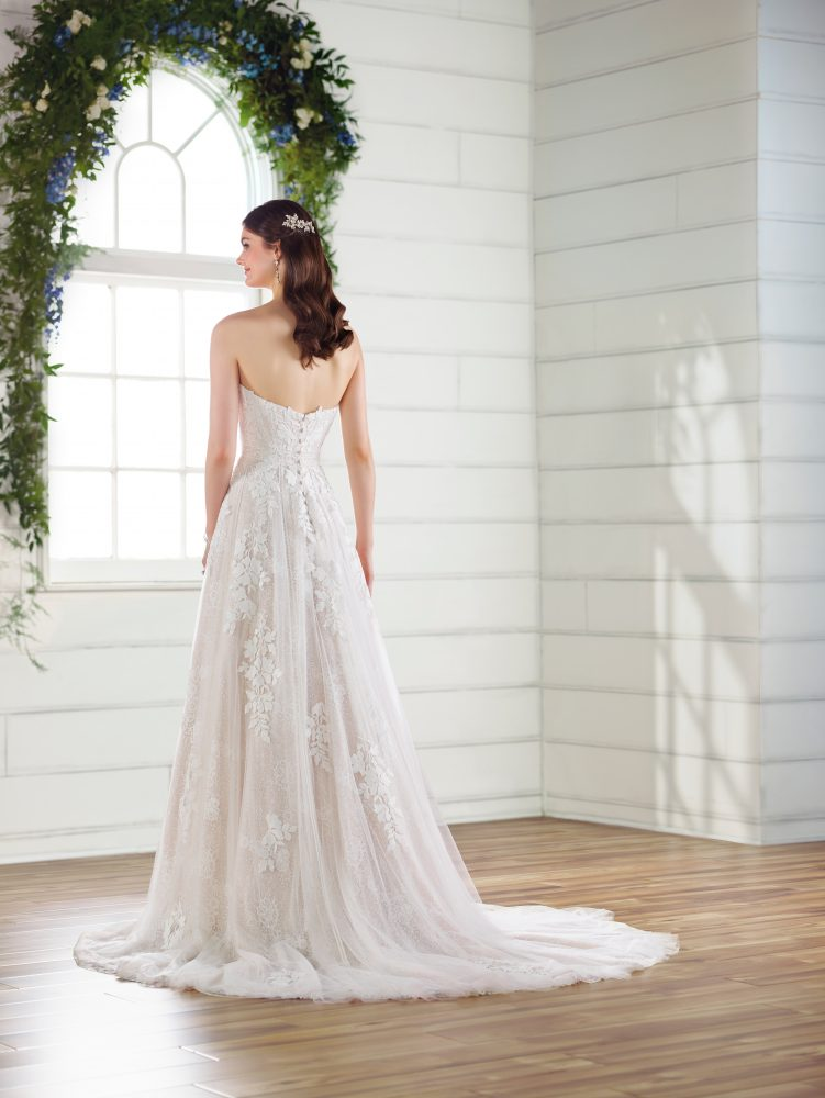 A-line lace wedding dress by Essense of Australia - Image 3